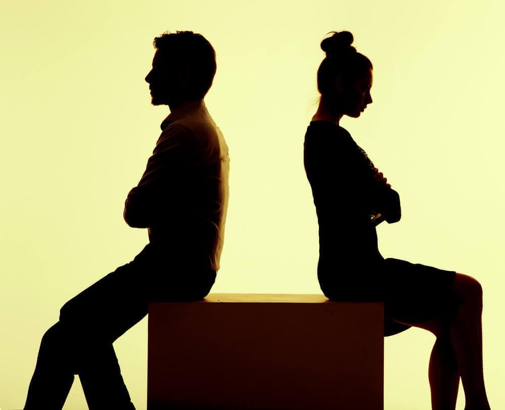 Casal brigado após viagem de férias