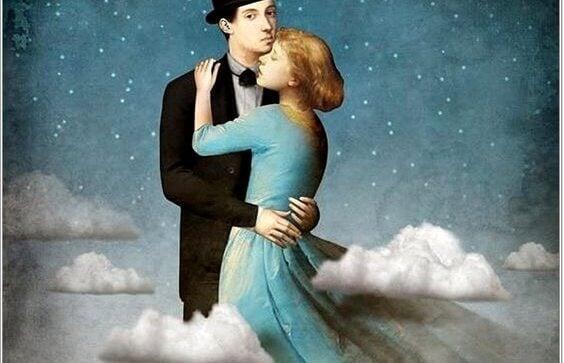 Casal abraçado sob céu estrelado