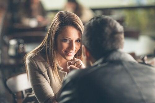 Casal conversando e se olhando