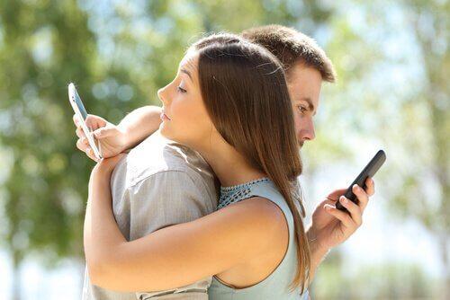 Casal prestando atenção no celular