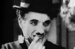 Quando me amei de verdade: o maravilhoso poema de Charles Chaplin
