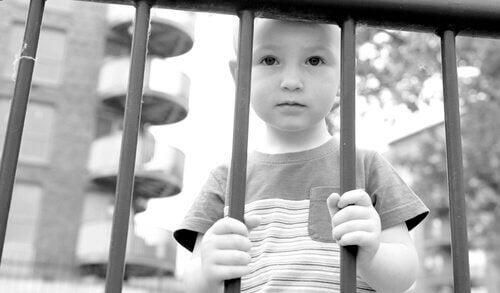 A criação moderna gera crianças com camisa de força