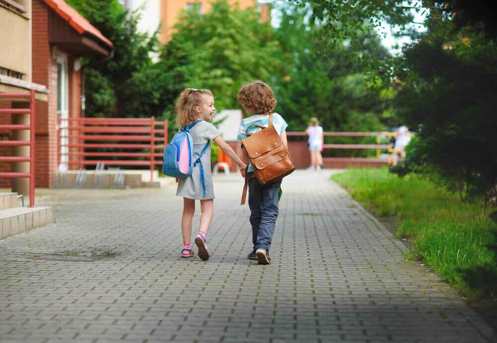 Crianças conversando na escola