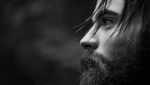 Homem com barba pensando na depressão