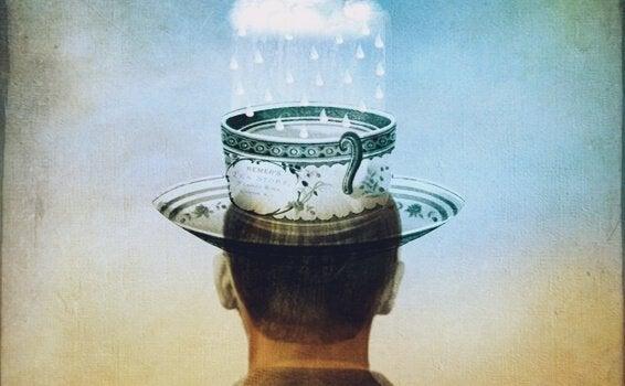 Homem com xícara na cabeça