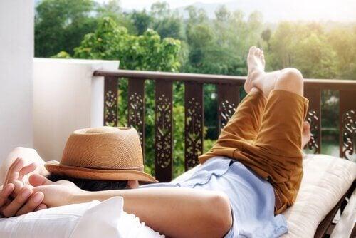 Homem descansando em uma varanda
