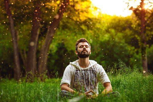 Homem meditando em meio à natureza