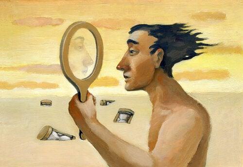 Homem se olhando no espelho em deserto