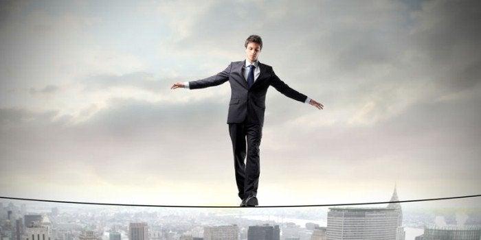 Homem se equilibrando em corda bamba