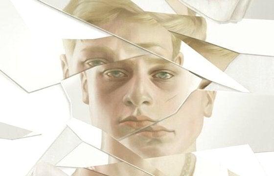 Homem diante de espelho quebrado