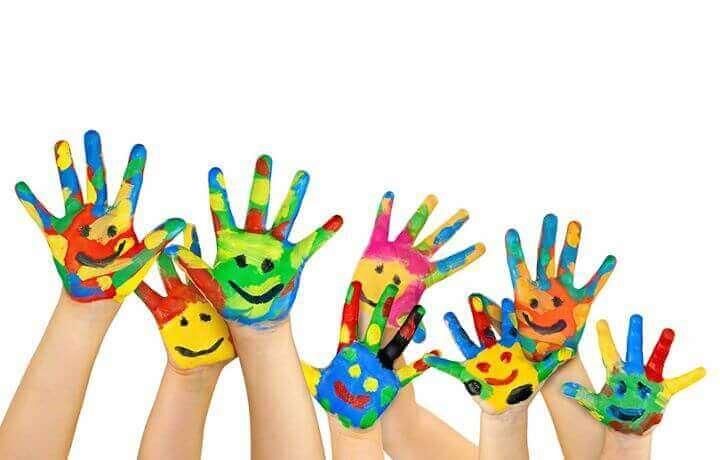 Mãos de crianças pintadas com tinta colorida