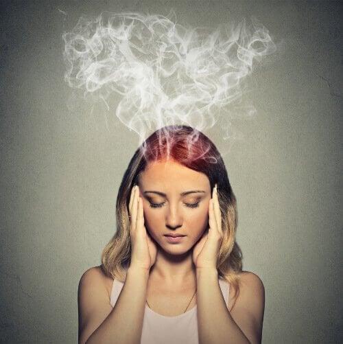 Mulher sofrendo com névoa mental