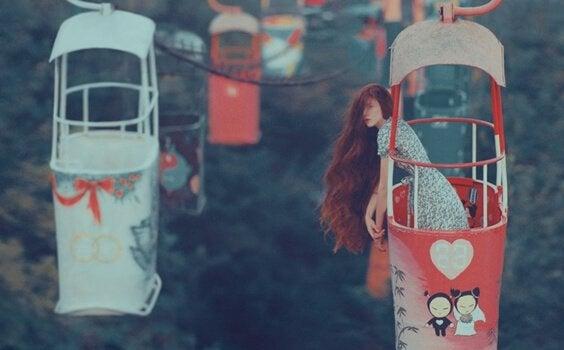 Menina de cabelos longos em teleférico