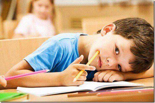 Menino estudando na escola