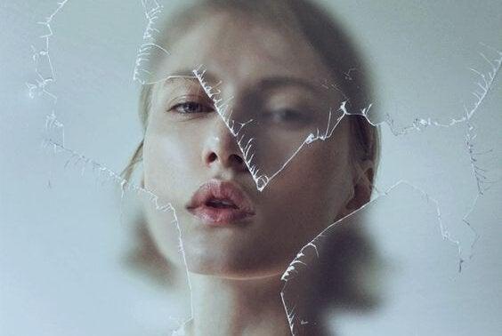 Mulher diante de vidro quebrado
