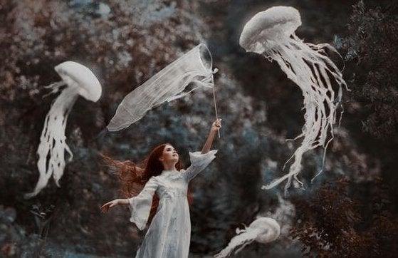Mulher caçando águas-vivas