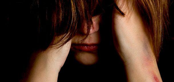 Mulher sofrendo sozinha