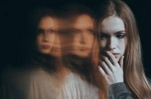 Mulher que sente fobia social
