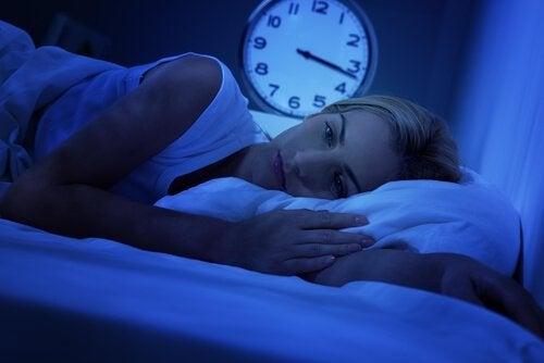 Mulher com dificuldades para dormir
