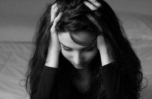Jovem com transtorno de esquiva experiencial
