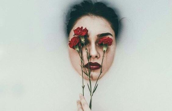 Mulher com rosas nos olhos