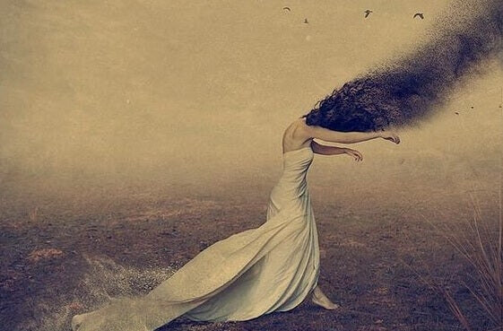 Mulher com cabelo de bichos voando
