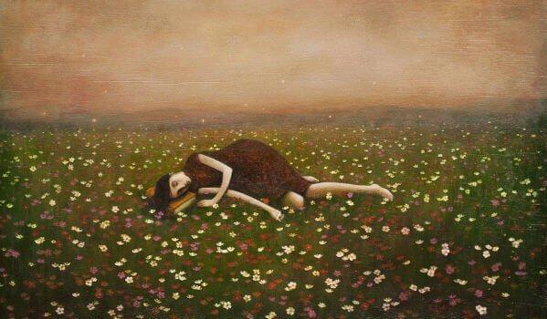Mulher deitada na grama