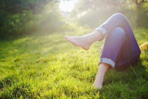 Mulher descansando deitada na grama