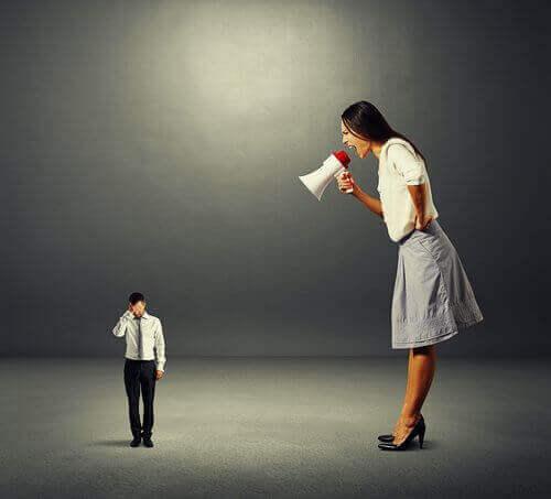 Mulher gritando com homem pequeno