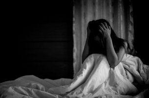 Mulher sofrendo ataques de pânico noturnos