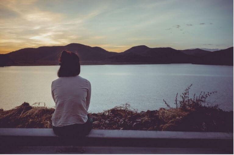 Mulher observando a paisagem