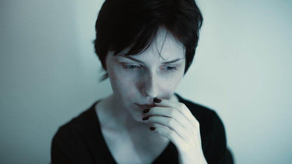 Mulher que sofre de ataques de pânico noturnos