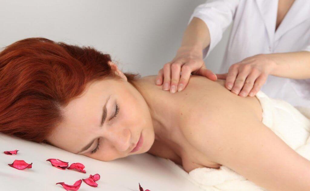 Mulher fazendo massagem para combater a depressão