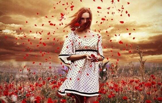 Mulher em campo de flores vermelhas