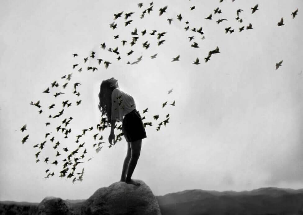 Mulher com pássaros voando ao seu redor