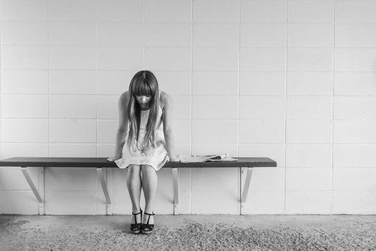 Menina que sofre de ataques de pânico
