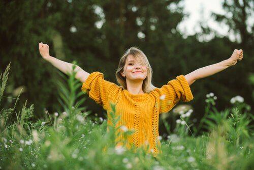 Mulher feliz e satisfeita com sua vida