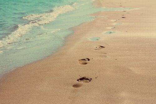 Pegadas na areia da praia