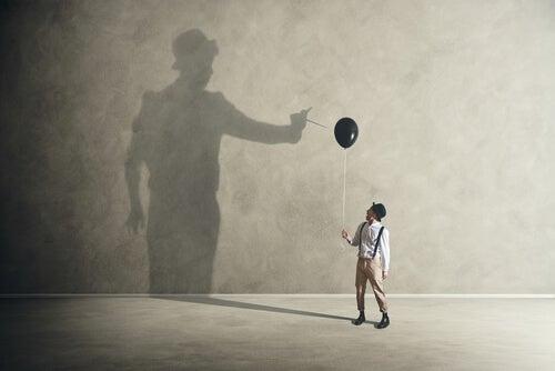 Homem segurando balão preto