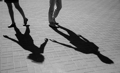 Casal se afastando pelo medo de ser feliz