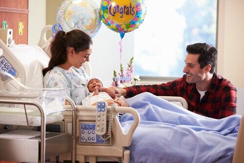 Mulher e marido com o bebê após o parto