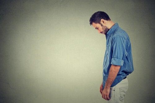 Homem que precisa aprender a perdoar a si mesmo