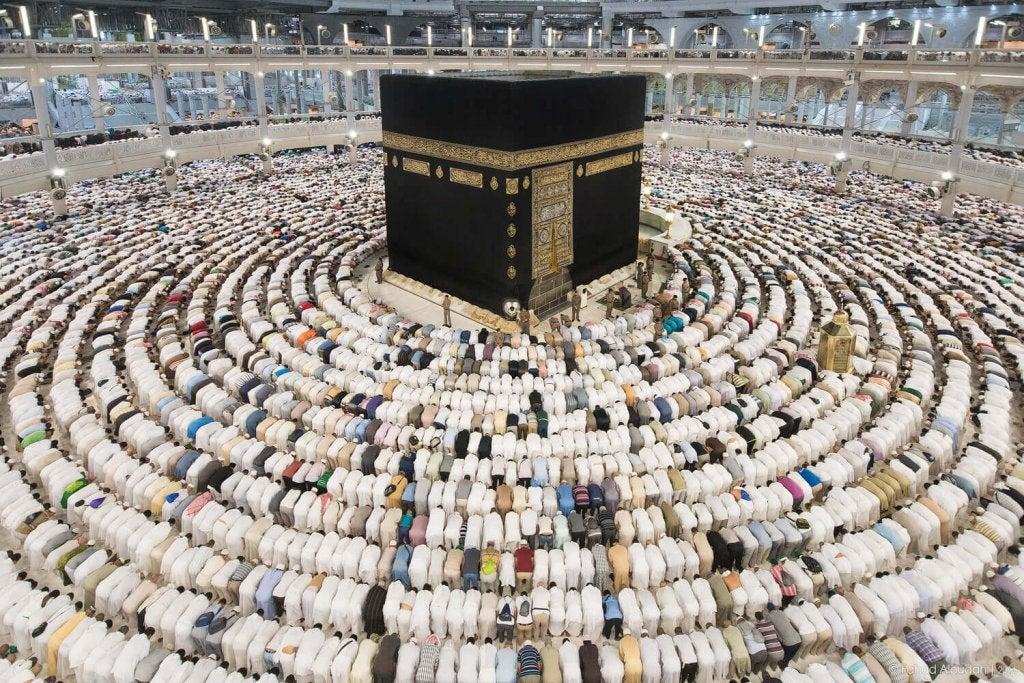 Fiéis rezando em Meca
