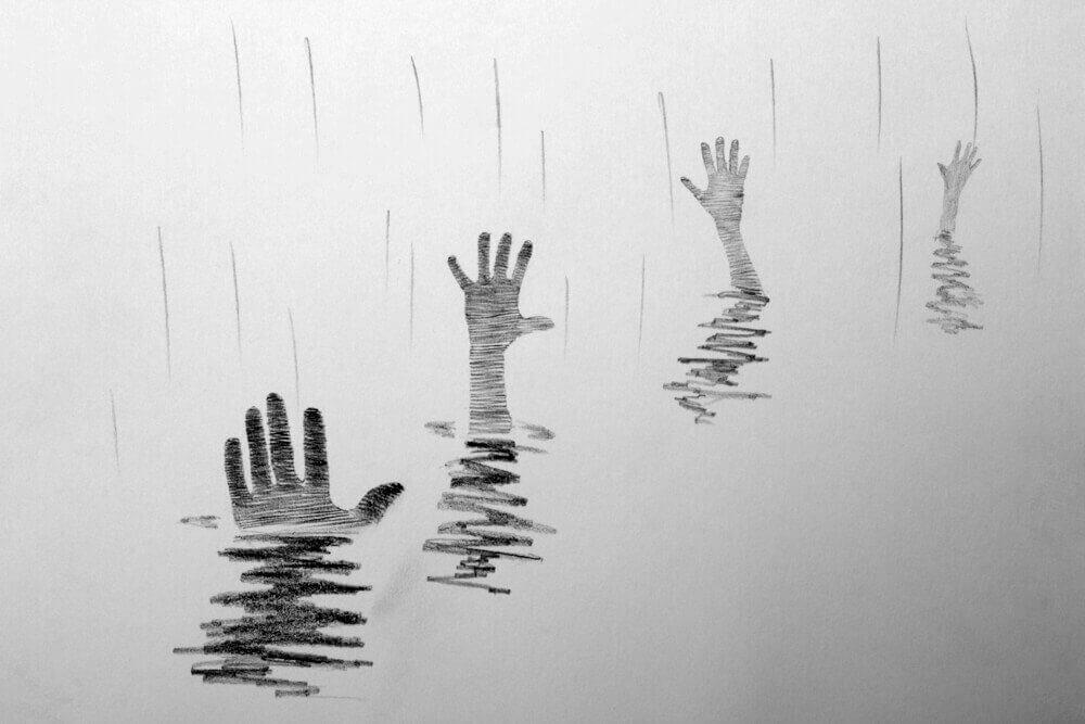 Mãos pedindo ajuda sob a água