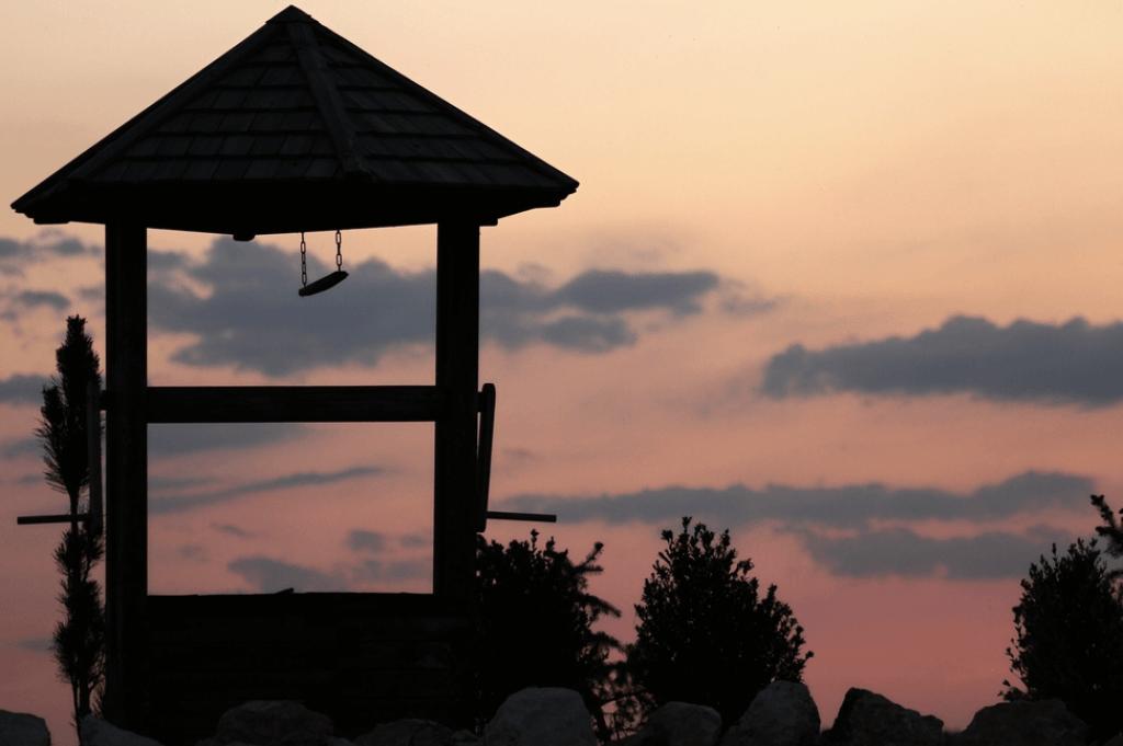 Poço diante de céu cor-de-rosa ao por do sol