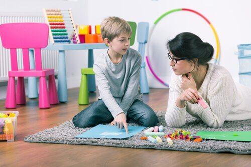 Psicóloga educacional com menino