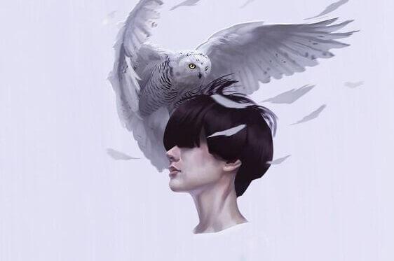 Mulher com coruja branca na cabeça