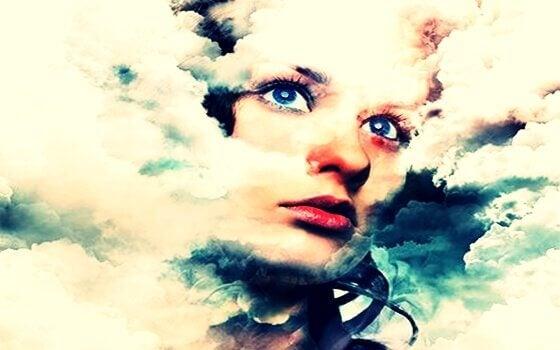 Rosto de mulher entre as nuvens