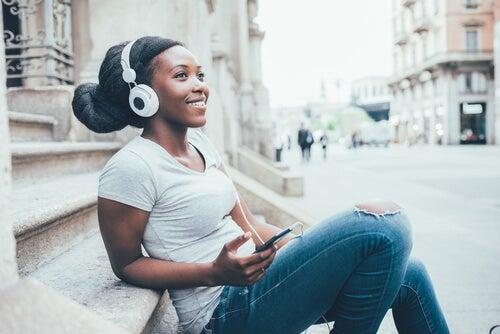 Mulher feliz ouvindo música