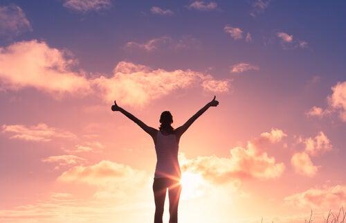 Mulher feliz por suas pequenas vitórias